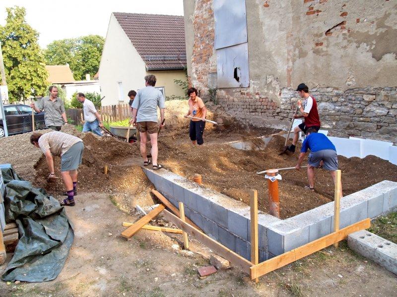 Pilger helfen beim Kies einfüllen Foto S.Adaschkiewitz jpg