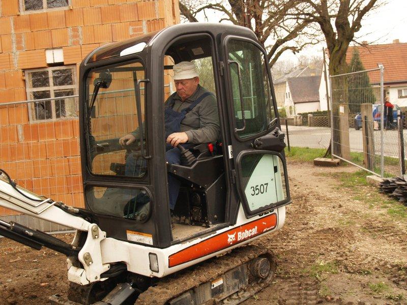 Erhard Zeinert bei Baggerarbeiten Foto S.Adaschkiewitz jpg