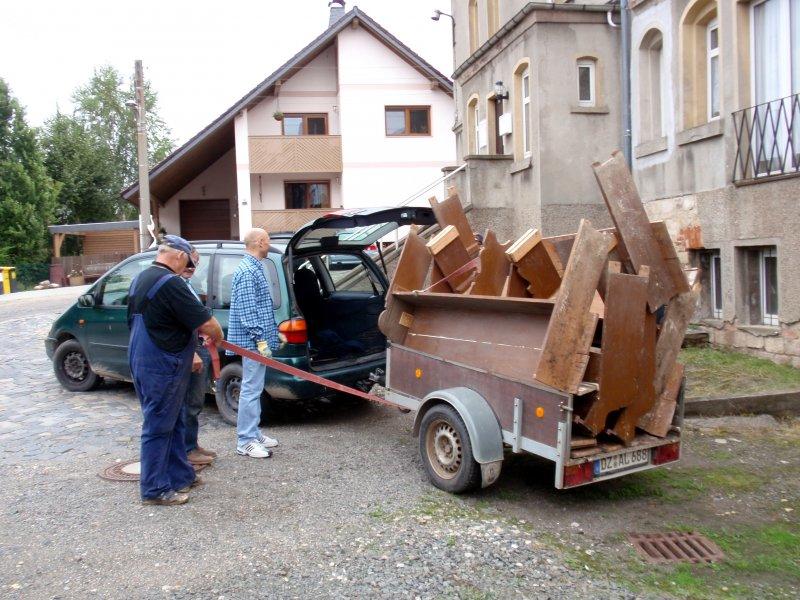 Kirchenbänke werden eingelagert.Foto S.Adaschkiewitz jpg