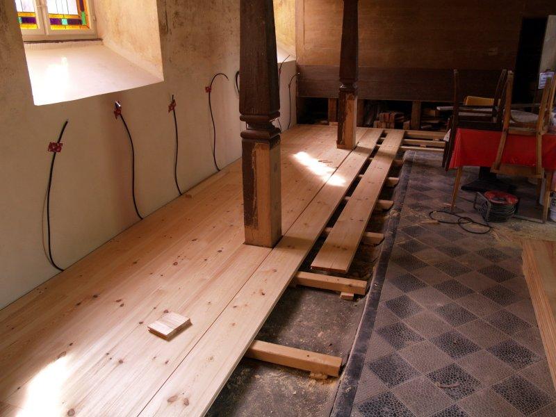 Neuer Fußboden unter den Bänken Foto S.Adaschkiewitz jpg