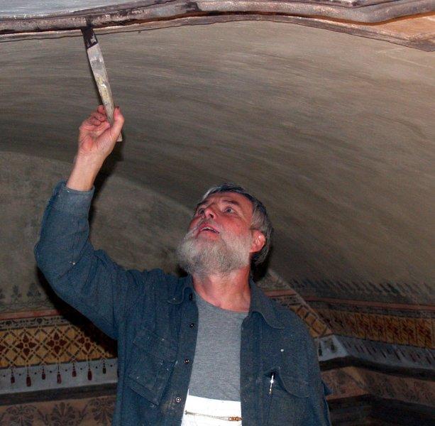 Resaurator Herr Wiesner beim arbeiten an der Decke Fotos.Adaschkiewitz jpg