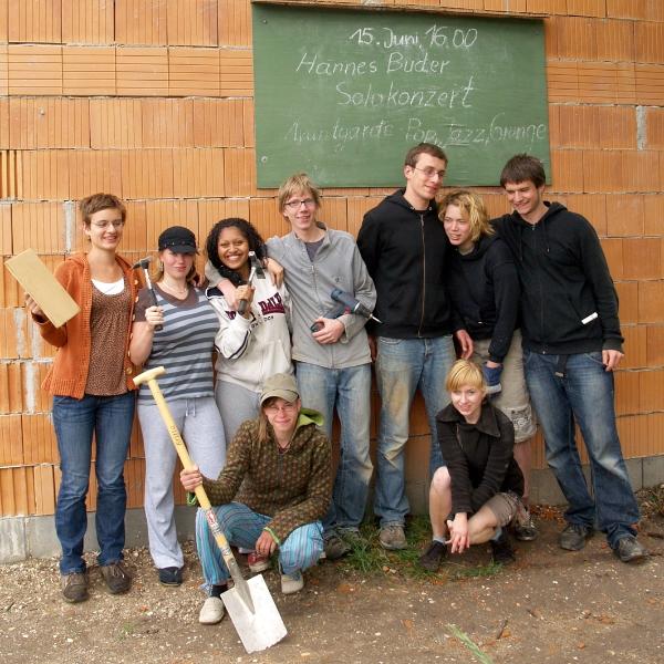 Die Abiturienten von Eva Schulze als Bauhelfer (2009) | Foto: Siegfried Adaschkiewitz