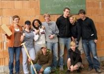 Die Abiturienten von Eva Schulze als Bauhelfer (2009)   Foto: Siegfried Adaschkiewitz