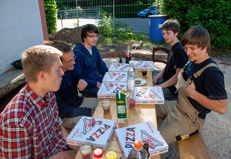 die Bauhelfer vom Schulzentrum pausieren (Juni 2010) Foto: H. Simmat