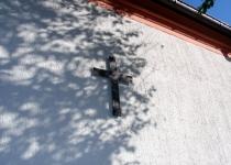 Das alte Turmkreuz an der Westwand der Kirche Foto S.Adaschkiewitz . jpg