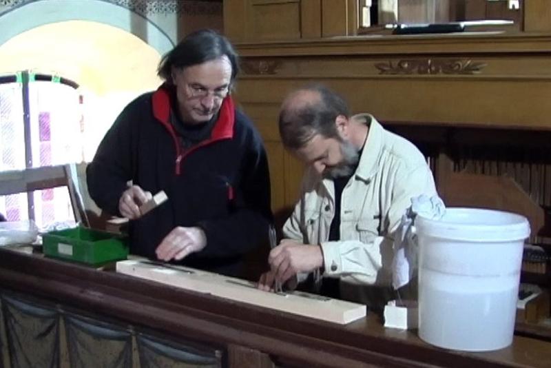 Die Orgelbauer- Herr Lindner und Herr Bartsch bei der Arbeit (2012) | Foto: Siegfried Adaschkiewitz