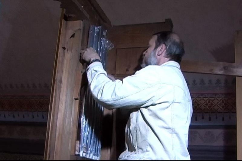 Orgelbauer Herr Bartsch beim Einsetzen der Prospektpfeifen (2012) | Foto: Siegfried Adaschkiewitz