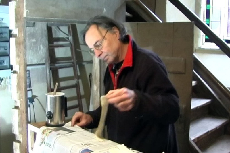 Orgelbauer Lindner bei der Arbeit anden Keilbälgen (2012) | Foto: Siegfried Adaschkiewitz