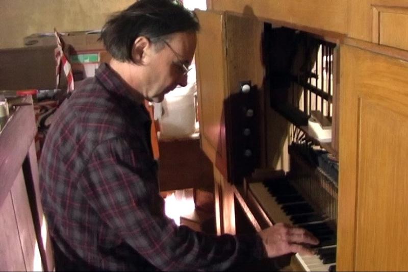 Orgelbauer Lindner testet die eingebauten Pfeifen (2012) | Foto: Siegfried Adschkiewit