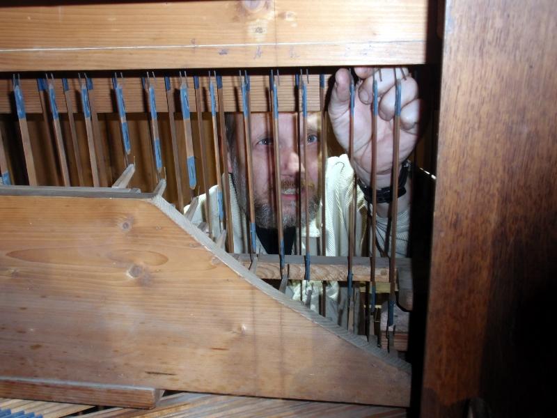 Arbeiten an der Orgeltraktur (2012) | Foto: Siegfried Adaschkiewitz
