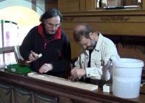 Die Orgelbauer- Herr Lindner und Herr Bartsch bei der Arbeit (2012)   Foto: Siegfried Adaschkiewitz