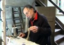 Orgelbauer Lindner bei der Arbeit anden Keilbälgen (2012)   Foto: Siegfried Adaschkiewitz