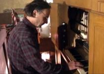 Orgelbauer Lindner testet die eingebauten Pfeifen (2012)   Foto: Siegfried Adschkiewit