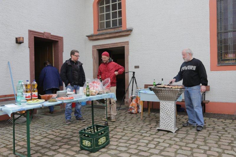 Ralf grillt (beim Frühjahrsputz 2014) | Foto: Heike Sichting