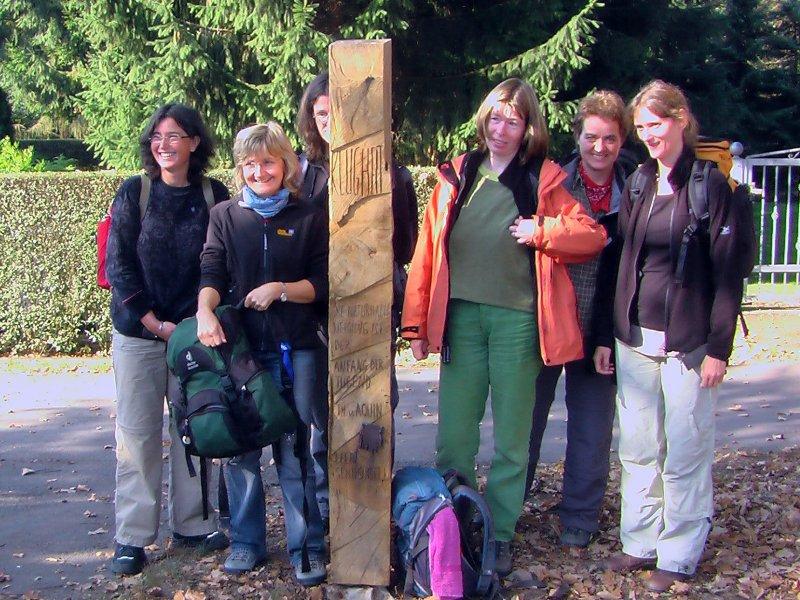 Pilger an der Stele in Kleinliebenau Foto S.Adaschkiewitz jpg