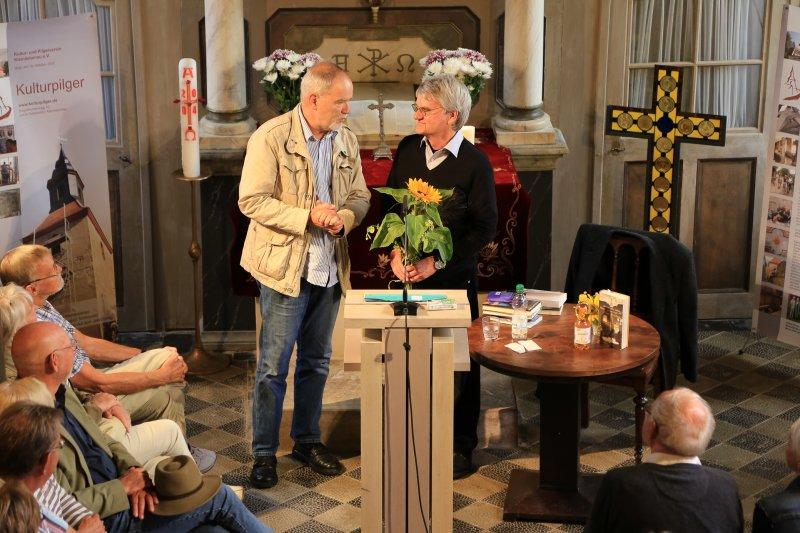 Dankeschön nach der Lesung mit Bernd-Lutz Lange | Foto: Holger Simmat