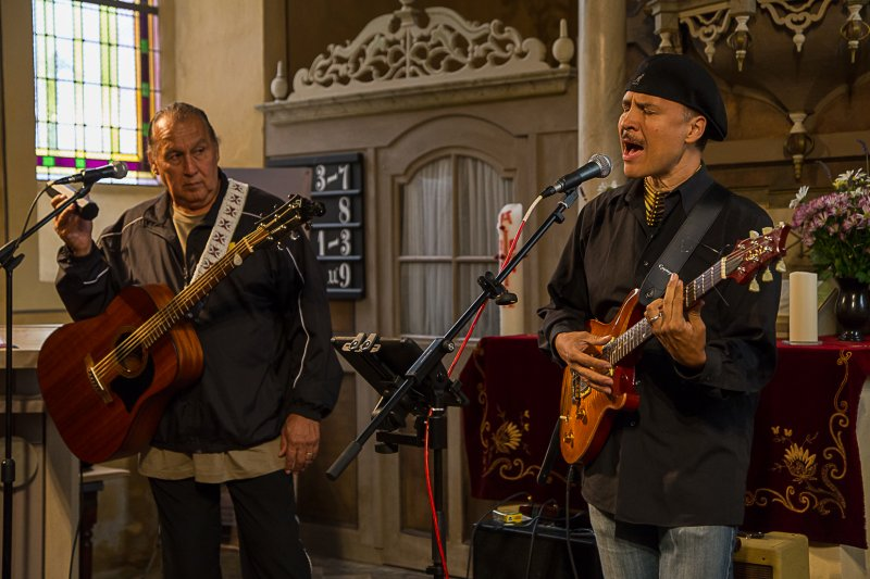 Red Roots Music mit Mitch Walking Elk und Wade Fernandez | Foto: H. Simmat
