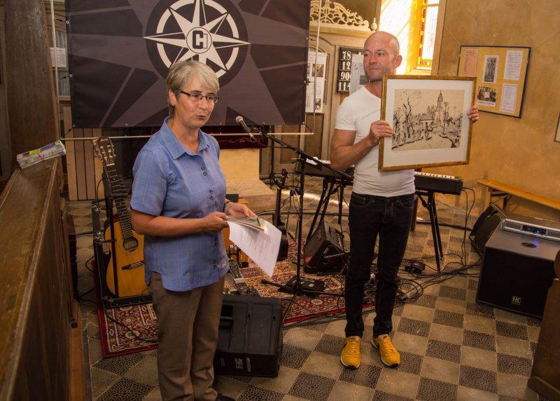Frau Oppermann schenkt dem Verein ein Bild der RIttergutskirche (August 2016) | Foto: Holger Simmat