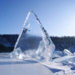 Glasklares Eis in blauer Landschaft